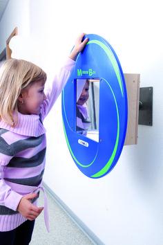 Speelelement Mirror-Box  Met dit Wandpaneel Speelelement Mirror-Box van Beleduc kunnen kinderen, door aan de spiegel te draaien, zichzelf in allerlei grappige vormen te zien. Je ziet jezelf dubbel en helemaal omgedraaid sta je zelfs op je kop! Deze mooie Beleduc Speel-Wandpaneel maakt uw wachtruimte, kinderhoek of kinderdagverblijf helemaal compleet.