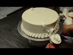 OMGG  I want to be this good How to decorate simple birthday cake in minutes - YouTube