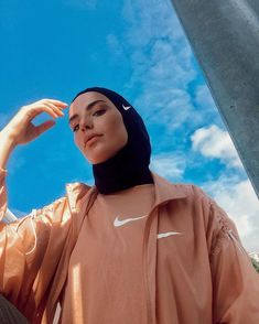 Being trapped in the house doesn't have to mean being stuck on the sofa. Here are a number of ways to make sure we are staying fit and healthy during coronavirus lockdown. Modern Hijab Fashion, Street Hijab Fashion, Muslim Fashion, Hijab Fashion Inspiration, Hijab Sport, Sports Hijab, Sporty Outfits, Mode Outfits, Fashion Outfits
