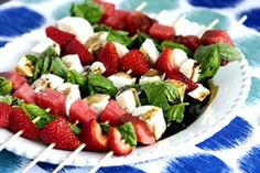 These caprese fruit skewers have 4 things going for them. They taste good they are healthy they are easy and they look pretty! Skewer Appetizers, Make Ahead Appetizers, Skewer Recipes, Appetizer Recipes, Picnic Recipes, Healthy Appetizers, Caprese Skewers, Fruit Skewers, Kabobs