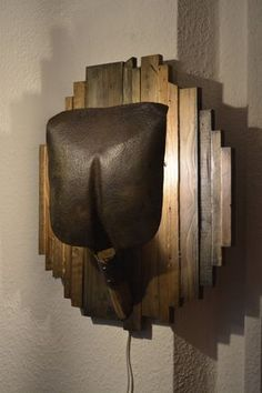 Handmade wall lamp from an old shovel and scrap wood Wall lamp from an old shovel and old wood from OchalikHandcrafted on Etsy. Luminaire Original, Diy Wood Wall, Pallet Walls, Wood Lamps, Rustic Lighting, Wooden Decor, Old Wood, Shovel, Wood Projects