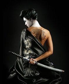 ☆ Katana Geisha with a dragon tattoo ☆ Female Samurai, Samurai Art, Samurai Swords, Samurai Tattoo, Katana Girl, Tatoo Art, Poses References, Warrior Girl, Warrior Women