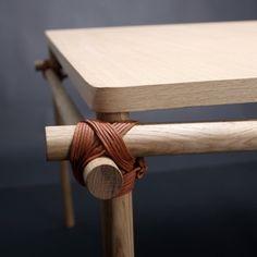 Le designer danois Jesper Su Rosenmeier a créé la table « Eik » en repensant les assemblages traditionnelles des tables en bois. Assemblées sans colle ni vis, les pièces qui la composent sont jointes par de simples liens de cuir et des chevilles.