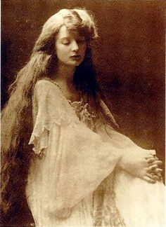 Barney's earliest intimate relationship was with Eva Palmer-Sikelianos. In 1893 they became acquainted during summer vacations in Bar Harbor, Maine. Vintage Gypsy, Vintage Beauty, Natalie Clifford Barney, Greek Chorus, Musical Hair, Isadora Duncan, Greek Culture, Figure Photo, Long Relationship