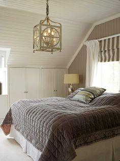 Soverommet har vegg-til-vegg-teppe i ull og plassbygde skap langs hele veggen under skråtaket. Taklampen er fra Townhouse, sengeteppet fra SH Interiør, pute fra Missoni.