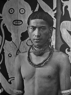 Borneo is the largest island in the world. The indegenous tribes are called Dayaks. There are over 250 tribes of Dayaks in Borneo. Borneo, Photo Engraving, Photo D Art, Vintage Pictures, Old World, Jewelry Art, Beautiful Men, Culture, Statue