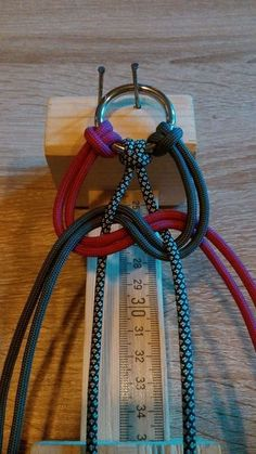 How to Tie a 4 Strand Paracord Braid With a Core and Buckle.How to Tie a 4 Strand Paracord Braid with a Core and Buckle. Paracord Tutorial, Bracelet Tutorial, Lanyard Tutorial, Macrame Tutorial, Paracord Braids, Paracord Knots, Paracord Bracelets, Yarn Bracelets, Fake Piercing