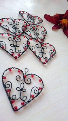 Srdíčko / Zboží prodejce Nanele | Fler.cz Wire Crafts, Bead Crafts, Jewelry Crafts, Heart Jewelry, Wire Jewelry, Beaded Jewelry, Beaded Christmas Ornaments, Christmas Crafts, Heart Garland