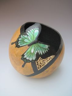 I like the carving detail under the right wing of the butterfly. Decorative Gourds, Hand Painted Gourds, Vases, Gourds Birdhouse, Pine Needle Baskets, Art Carved, Coconut Shell, Gourd Art, Rock Crafts