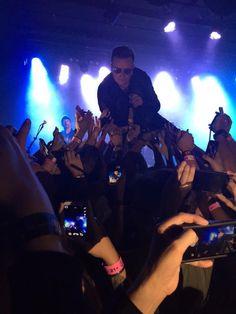 U2 actua en el Roxy Club de Los Angeles para KROQ
