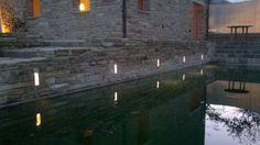 uno specchio d'acqua illuminato da faretti led rettangolari