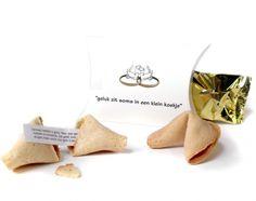 Vrienden en familie op je bruiloft is altijd fijn nu een leuke/lekkere manier om ze te bedanken. ---> http://www.bedankjes.nl/bruiloft-bedankjes/fortune-cookies/fortune-cookie-doosje-standaard-spreuken