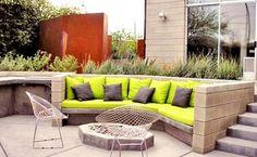 Außenbereich mit neongrünen Kissen