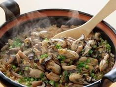 田口 成子さんの「かきご飯」のレシピページです。土なべで炊いたかきごはん。かきは、別に煮て炊き込みません。だからふっくらした仕上がりに。 材料: かき、しめじ、あさつき、米、A