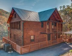 Rocky Top Lodge - Luxury 3 Bedrooms 2½ Baths Sleeps 8 Cabin Rental Located In Sevierville Managed By American Patriot Getaways In The Smoky Mountains.
