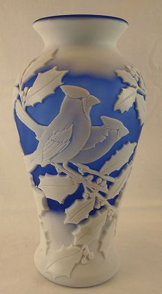 Fenton - beautiful blue and white glass Cameo Carved ''Winter Birds'' Vase in Cobalt/Opal Satin Fenton Glassware, Vintage Glassware, Glass Ceramic, Carnival Glass, Pottery Vase, Antique Glass, Colored Glass, Art Nouveau, Stained Glass