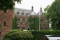 Kasteel Nijenrode wordt momenteel gebruikt als particulier universiteitsgebouw, De Nyenrode Business Universiteit. De tegels uit het voormalige koetshuis die zijn vervangen, zijn gespikkelde tegels in art deco stijl.