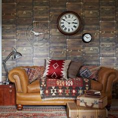 Sofa frio de cuero marron, complementos cálidos