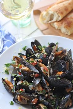 Candlelit dinner: Restaurant Style Mussels With Garlic Wine Sauce - one of my very favorite eats, gonna have to make these VERY soon. Shellfish Recipes, Seafood Recipes, Cooking Recipes, Healthy Recipes, Mussel Recipes, Fish Dishes, Seafood Dishes, Fish And Seafood, Good Food