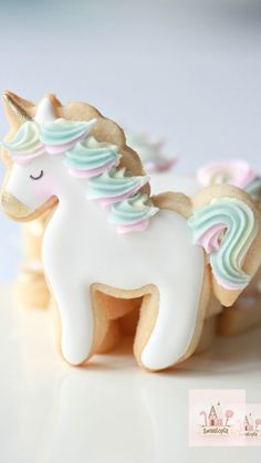 Decorating Unicorn Cookies with Royal Icing Decorating Unicorn Cookies with Royal Icing Sweetopia Marian Sweetopia Cookie Decorating Videos on Sweetopia How to decorate simple unicorn nbsp hellip videos unicornio Iced Cookies, Cute Cookies, Royal Icing Cookies, Sugar Cookies, Baby Cookies, Heart Cookies, Cookies Kids, Sugar Cookie Icing, Owl Cookies