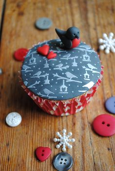 Winter Robin stencilled cupcake using silver lustre powder on dark grey fondant icing. Top your cupcake with a cute fondant robin and little red hearts.