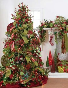 This website has dozens of ideas for mantle & beautiful Christmas tree decor! Pretty Christmas Trees, Noel Christmas, All Things Christmas, Winter Christmas, Christmas Wreaths, Green Christmas, Christmas Trees With Ribbon, Xmas Trees, How To Decorate Christmas Tree