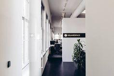 Squarespace's hoofdkantoor in New York heeft veel schermen — ijsthee