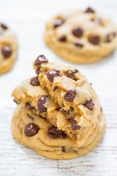 Easy Soft and Chewy Chocolate Chip Cookies - Big bakery-style cookies made in ONE bowl and NO mixer required! Soft and buttery, perfectly chewy, and loaded with CHOCOLATE! It's hard to eat just one! Rhubarb Desserts, Köstliche Desserts, Dessert Recipes, Cookie Time, Chip Cookie Recipe, Easy Cookie Recipes, Yummy Treats, Sweet Treats, Biscuits