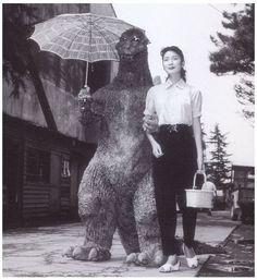 いやん、いいわぁ。なんと初代ゴジラと河内桃子さんだとか。女優さん凛々しい~