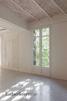 Home Living Room, Tile Floor, Sweet Home, Garage Doors, New Homes, House Design, Interior Design, House Styles, Outdoor Decor