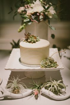 Bolo de casamento - foto por Laura Goldenberger http://ruffledblog.com/palm-springs-wedding-for-a-creative-bride-and-groom