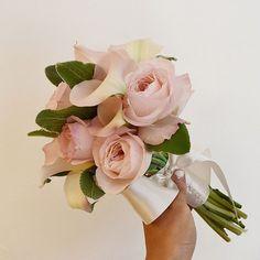 """"""". 케이라+카라 본식 부케 만드는 내내 황홀했던 시간들. 내 부케도 이걸로 할걸 싶을 정도로 너무너무 맘에 들었던 조합!  월요일 꽃모닝이에요- 화사한 하루 시작하세용! . . #꽃 #꽃집 #꽃스타그램 #플로리스트 #내일도봄 #예쁜꽃집 #flower #florist…"""""""