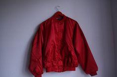 Shinny red vintage varsity jacket//Bomber vintage roja brillante. €28.00, via Etsy.