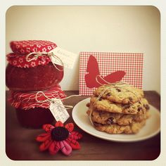 Cranberry-Cookies mit Schokolade und Nüssen und Erdbeermarmelade und Johannisbeer-Apfel-Gelee.