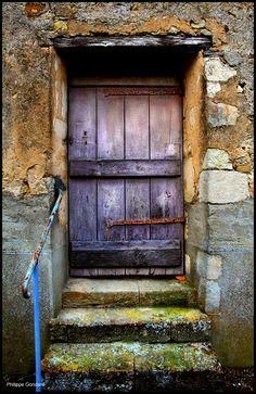 Door in Fercé-sur-Sarthe, Sarthe, France· Cool Doors, Unique Doors, Stairs And Doors, Windows And Doors, Entrance Doors, Doorway, Door Knockers, Door Knobs, Wooden Doors