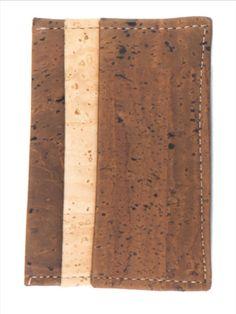 Kork Kartenhalter braun-natur. Für deine Kreditkarten! Natürliches Korkprodukt aus Portugal. 100% vegan, handgefertigt und wasserabweisend. Nachhaltig und fair produziert. Weiche Haptik und hochwertige Verarbeitung. Für deinen grünen Lifestyle! Jetzt bestellen: www.korkeria.ch / #kork #korkwaren #korkartikel #korkmode #veganemode Butcher Block Cutting Board, Portugal, Fashion, Vegan Fashion, Credit Cards, Natural Colors, Cleaning Agent, Pocket Wallet, Sustainability