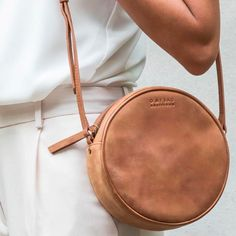 O My Bag Luna Bag Such a cute design for a bag! Couture Cuir, Round Bag, Mode Inspiration, Mode Style, Beautiful Bags, Weekender, My Bags, Purses And Handbags, Fashion Bags