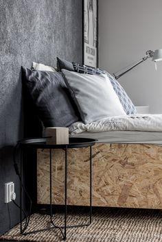 Takorautainen sängynpääty // Grafiitinharmaassa kaksiossa