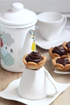 Таня's media content and analytics Chocolate Strawberry Pie, Chocolate Caramel Cheesecake, Chocolate Pies, Donut Recipes, Baking Recipes, Dessert Recipes, Mini Christmas Cakes, Christmas Desserts, Comida Baby Shower