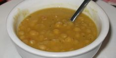 Des pois cassés jaunes et verts qui mijotent dans du bouillon de poulet avec de l'oignon et de la carotte, pour ensuite être mixés pour en faire une soupe nourrissante et réconfortante.