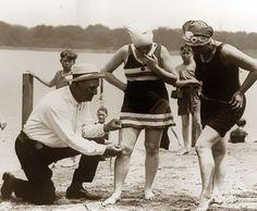 Medición de trajes de baño: si eran demasiado cortos, las mujeres serían multadas, 1920  Foto: retronaut.com