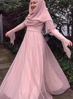 Eid al-Fitr is fast approaching, and in honor of the summer holiday, we're serving up 12 outfit ideas to celebrate in style. Hijab Fashion Summer, Modern Hijab Fashion, Street Hijab Fashion, Modest Fashion, Fashion Dresses, Eid Outfits, Dress Outfits, How To Wear Hijab, Sewing Blouses