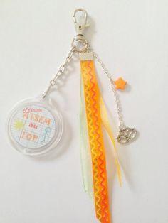 """Porte-clés / bijoux de sac """"ATSEM au top"""" personnalisable avec rubans, perles. : Porte clés par diybijoux"""