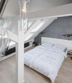 foorni.pl | Szary loft, jasna sypialnia na poddaszu.