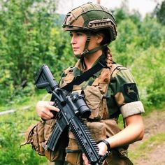 Beauty in uniform Military Girl, Military Police, Military Uniforms, Military Weapons, Veronica, Outdoor Fotografie, Military Women, Military Female, Female Soldier
