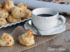 Pochissimo burro nella ricetta di questi morbidi biscotti alla ricotta. Sono perfetti per accompagnare una pausa caffè e si preparano senza difficoltà.
