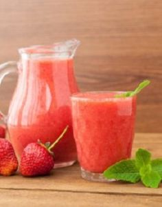 Weight Watchers Strawberry Limeade Slush Recipe - Ready in 5 minutes - A perfect summer treat! Slush Recipes, Summer Drink Recipes, Drinks Alcohol Recipes, Ww Recipes, Low Calorie Recipes, Yummy Drinks, Healthy Drinks, Smoothie Recipes, Drink