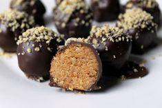Ízek és élmények: Zserbógolyó Candy Recipes, Raw Food Recipes, My Recipes, Dessert Recipes, Cooking Recipes, Sweet Desserts, Vegan Desserts, Kolaci I Torte, Recipe Mix
