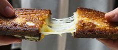 """Queijo quente, huuuuum! Quem não gosta que atire a primeira casquinha de pão. É um dos lanches mais fáceis de fazer porém, para que você tenha à sua frente o melhor queijo quente do planeta, vale à pena conferir nossas dicas. Em primeiro lugar, o queijo. O que você precisa é de uma variedade semi-macia, que derrete à partir do meio para as bordas do sanduíche. Entre as opções, queijo gouda, gruyère, azul, fontina, cheddar. Evite queijos suaves. Eles têm camadas """"frágeis""""e não derretem bem…"""