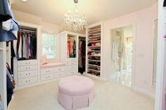 白い床とシェルフにピンクの壁とチェア。シャンデリアの灯りも外の光もどちらも柔らかくフィット。女性が優しくなれるのはやっぱりピンク。